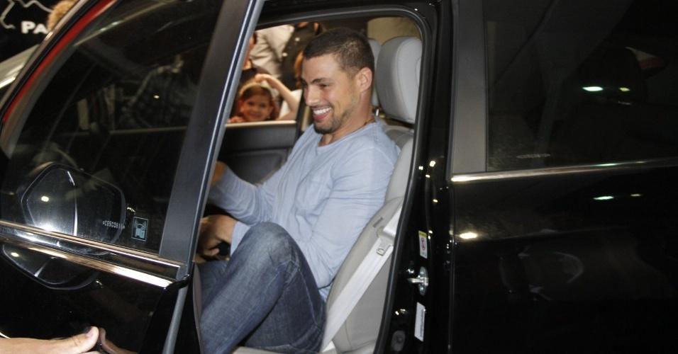 O intérprete de Jorginho, Cauã Reymond, chegou dirigindo seu carro, sem a companhia da mulher Grazi (19/10/12)