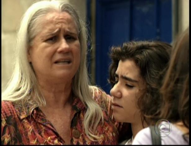 Picolé vai buscar Lucinda na prisão depois de Carminha assumir que matou Max, no último capítulo de