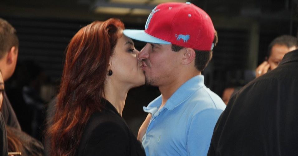 """Thiago Martins, o Leandro de """"Avenida Brasil"""", beija no evento a namorada Paloma Bernardi, que está em """"Salve Jorge"""" (19/10/12)"""