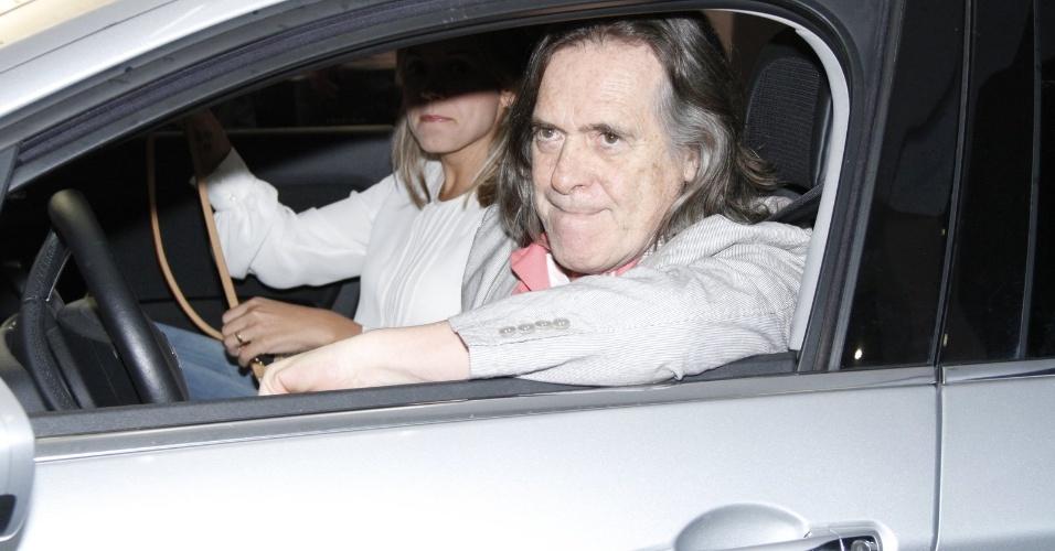 """Zé de Abreu, já sem a barba do personagem Nilo, estaciona o carro antes do encontro com o elenco de """"Avenida Brasil"""" (19/10/12)"""