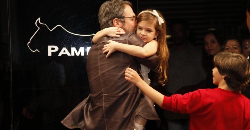 """O diretor de """"Avenida Brasil"""" Ricardo Waddington beija a atriz mirim Mel Maia. O elenco acompanhou o último capítulo da novela no Rio de Janeiro (19/10/12)"""