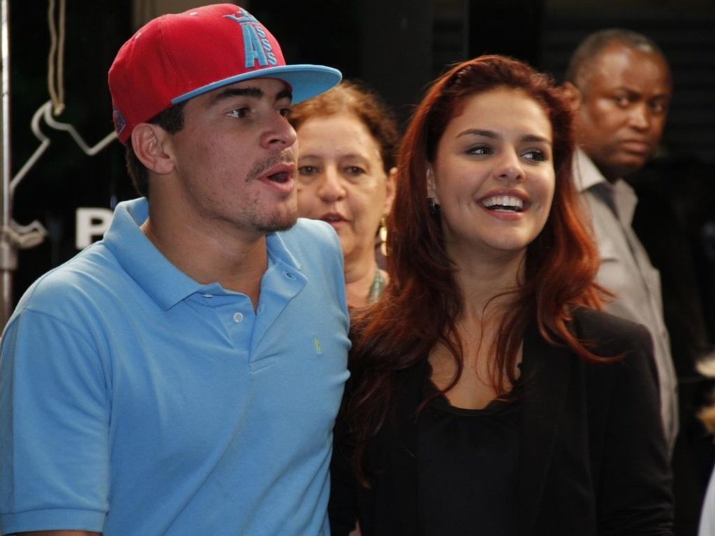 Paloma Bernardi acompanha o namorado, o ator Thiago Martins, que ...