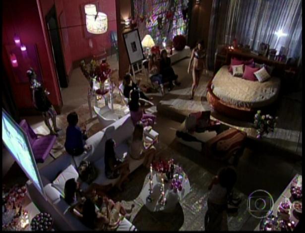 A filha de Stênio faz o chá de lingerie em seu apartamento