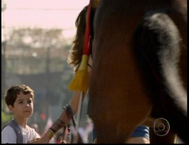 Assustado, o cavalo salta e Théo briga com Morena. Ela insulta o cavaleiro e o homem dá voz de prisão.