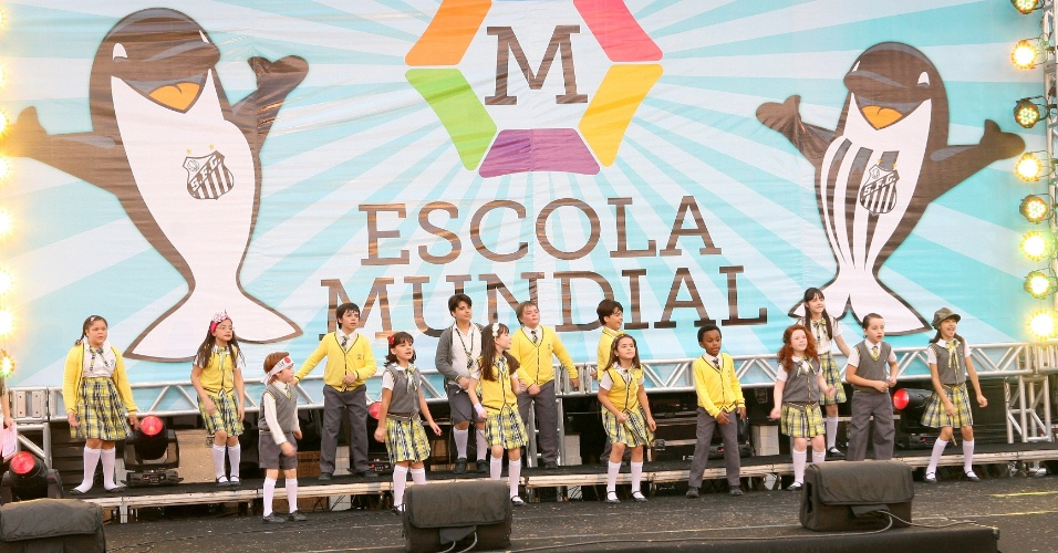 "Elenco de ""Carrossel"" grava na Vila Belmiro com Yudi e Priscilla e Meninos da Vila"