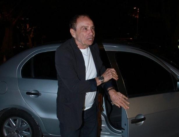 """Stênio Garcia chega para assistir ao primeiro capítulo da novela """"Salve Jorge"""" em churrascaria, no Rio de Janeiro (22/0/12)"""