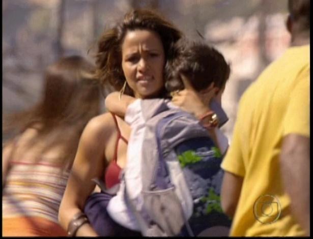 Morena desce do ônibus com seu filho e fogem do tiroteio