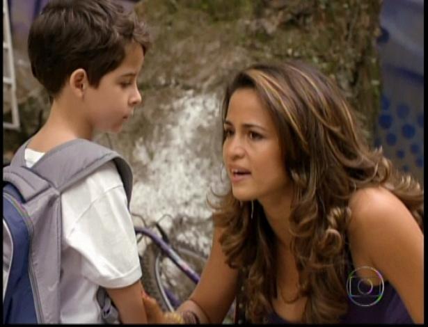 Morena pede que o filho espere e vai perguntar aos traficantes sobre o pai do garoto