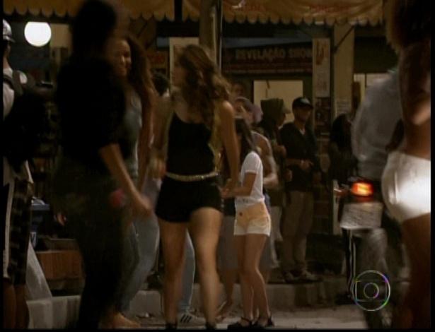Morena sai com amiga pelo Complexo do Alemão