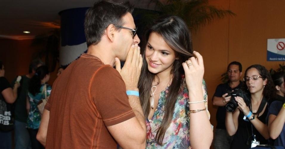 Murilo Rosa conversa com Bruna Marquezine durante inauguração da exposição