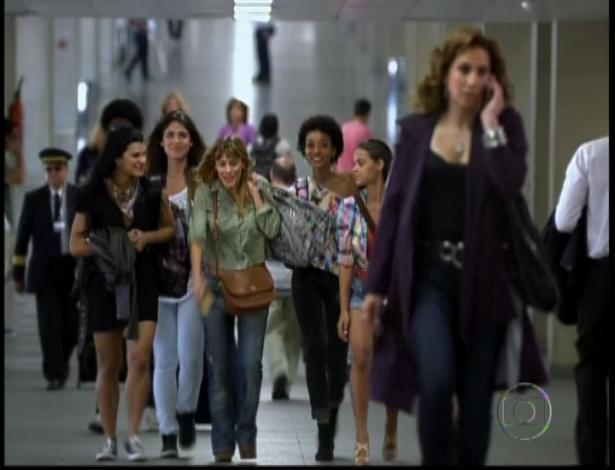 No aeroporto, meninas são engadas por Wania e acreditam que sairão do Brasil para serem modelos