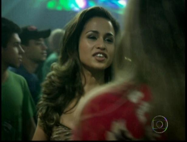 No Complexo, Morena vai ao funk e arranja briga com Vanubia e é expulsa da balada