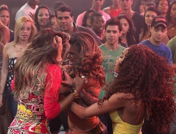"""No primeiro capítulo de """"Salve Jorge"""", Morena (Nanda Costa) implicará com Maria Vanúbia (Roberta Rodrigues) durante um baile funk. As duas sairão no tapa e Morena arrancará um tufo de cabelo da rival. No ar em 22/10/12"""