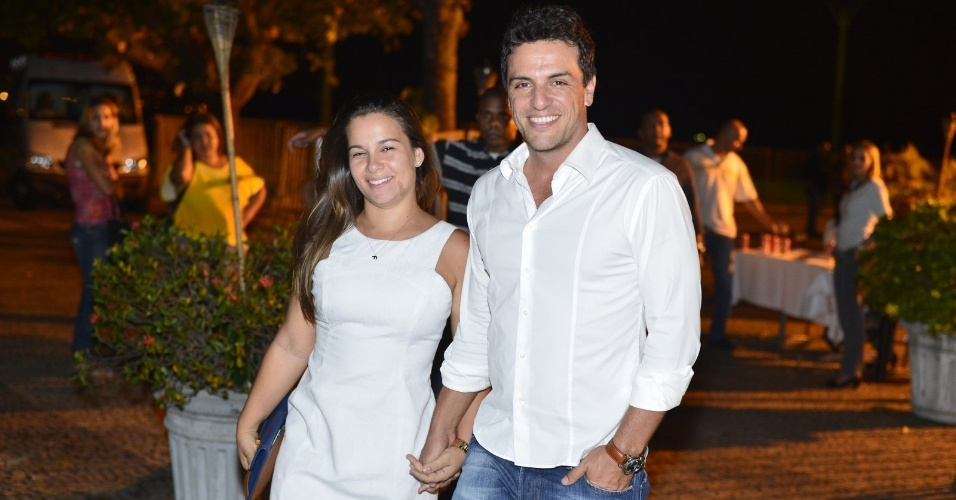 Rodrigo Lombardi deixa o evento junto da esposa (22/10/12)