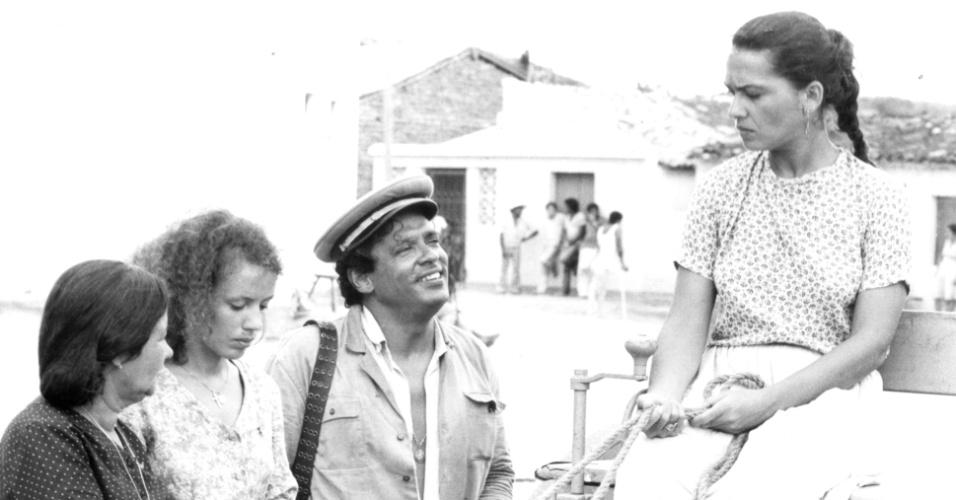 """Da esquerda para a direita, Jurema Penna, Sonia Borges, Roberto Bonfim e Regina Dourado em cena da minissérie """"Lampião e Maria Bonita"""", da Globo (1982)"""