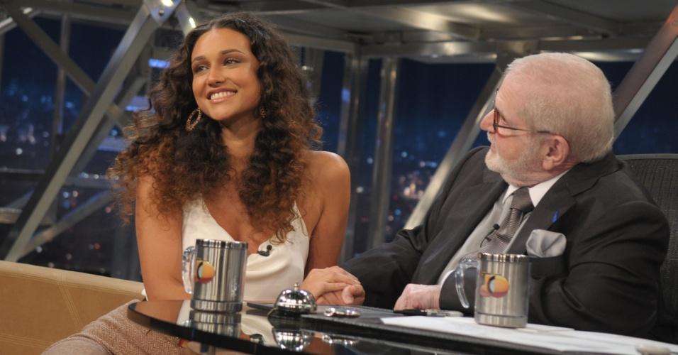 Débora Nascimento é entrevistada por Jô Soares no