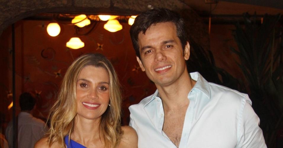 """Flávia Alessandra com o marido Otaviano Costa no evento para assistir ao primeiro capítulo da novela """"Salve Jorge"""" em churrascaria, no Rio de Janeiro (22/10/12)"""