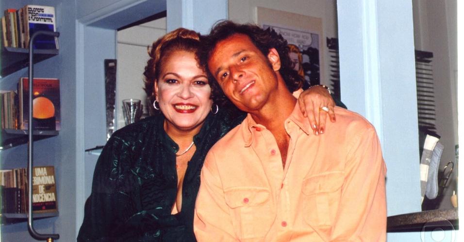 """Regina Dourado e Marcello Novaes durante gravação da novela """"Andando Nas Nuvens"""", da Globo (1999)"""
