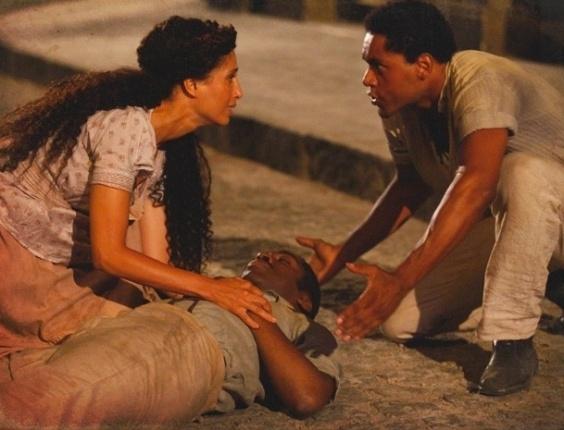 """Em """"Lado a Lado"""", Zé Maria é atacado por capangas e Zé Maria socorre o ex-noivo (24/10/12)"""