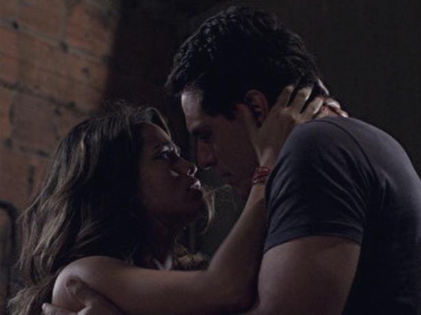 """Em """"Salve Jorge"""", Théo e Morena assumem namoro (24/10/12)"""