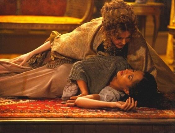 """Em """"Lado a Lado"""", Prestes a dar à luz, Isabel sente fortes dores e desmaia no teatro"""