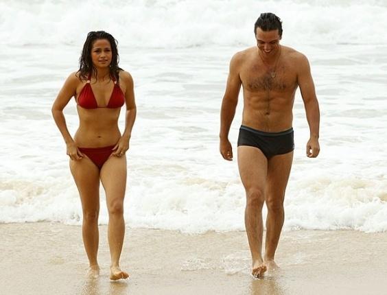 """Nanda Costa e Rodrigo Lombardi gravam cenas românticas de """"Salve Jorge"""" em praia do Rio (26/10/12)"""