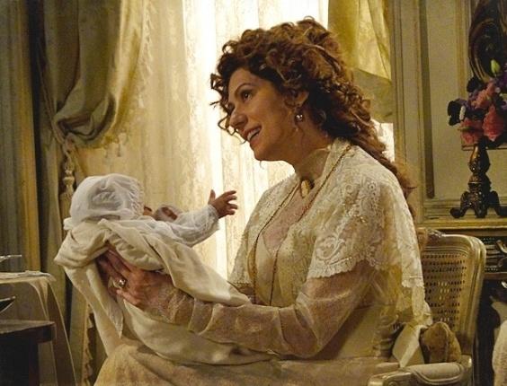 """Em """"Lado a Lado"""", Constância contrata falsa mãe para o neto e escolhe seu nome (27/10/2012)"""