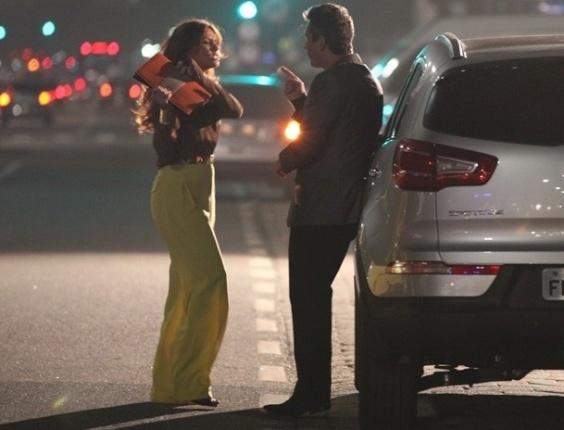 """Em """"Salve Jorge"""", Helô briga com Stenio no meio rua e Barros flagra o barraco (29/10/2012)"""