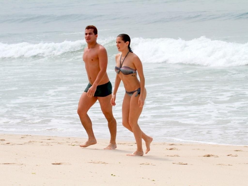 Deborah Secco e Thiago Martins entran no mar durante gravação de