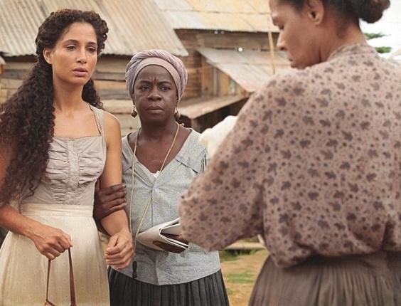 """Em """"Lado a Lado"""", Isabel vê Elias nos braços de Zenaide e fica abalada"""