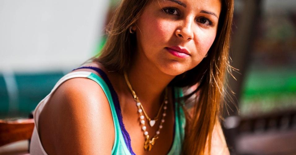 Responsável por produzir as peças das atrizes do núcleo do Complexo do Alemão, Andréa Carvalho apresenta as bijuterias para reportagem do UOL (30/10/12)