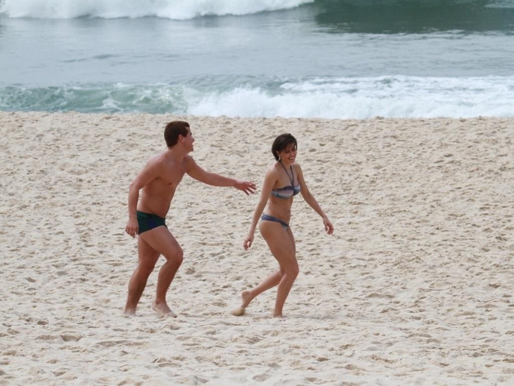 Thiago Martins e Deborah Secco correm durante gravação da série