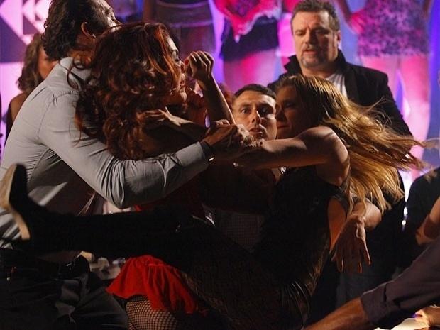 """Em """"Salve Jorge"""", Jéssica e Rosângela brigam na boate e apanham de Russo (1/11/12)"""