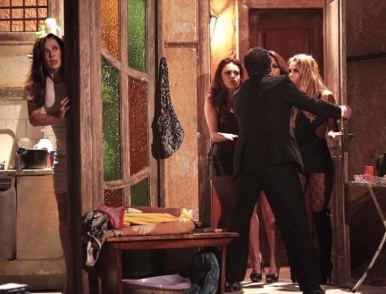 """Depois de Russo (Adriano Garib) atirar em Haroldo (Otaviano Costa), Lívia (Claudia Raia) o procura para tirar satisfações. No meio da discussão, Jéssica (Carolina Dieckmann), Rosângela (Paloma Bernardi) e Waleska (Laryssa Dias) tentam entrar no apartamento. Por sorte, Lívia consegue se esconder, mas Jéssica ouve a voz de uma mulher e quer saber quem é. Com a """"delicadeza"""" de sempre, Russo põe as meninas para fora e acoberta a saída da patroa. No ar: 8/11/2012"""