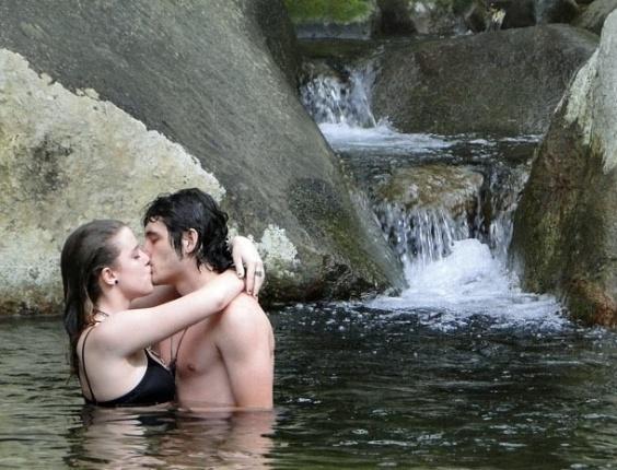 """Em """"Malhação"""", na mata, após fuga, Dinho e Lia alternam brigas com entrega à paixão (6/11/2012)"""