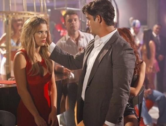 """Em """"Salve Jorge"""", sem saída, Jéssica finalmente cede e se entrega à sorte na boate (5/11/2012)"""