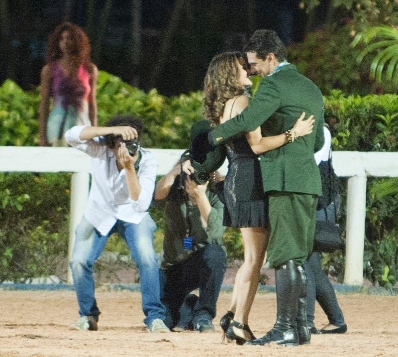 """Théo (Rodrigo Lombardi) vence campeonato de montaria e comemora ao lado de Morena (Nanda Costa), em """"Salve Jorge"""". Fotógrafos registram o beijo do casal e publicam foto. As cenas foram gravadas no Rio de Janeiro"""