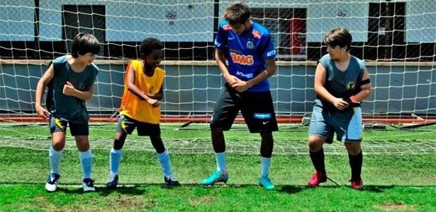 """Neymar ensina passos de dança para os alunos da escola Mundial, de """"Carrossel"""" (2012)"""