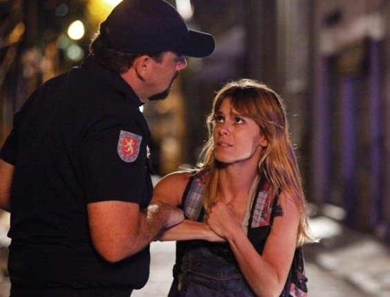 """Em """"Lado a Lado"""", Jéssica e as meninas tentam fugir, mas são delatadas por policial"""