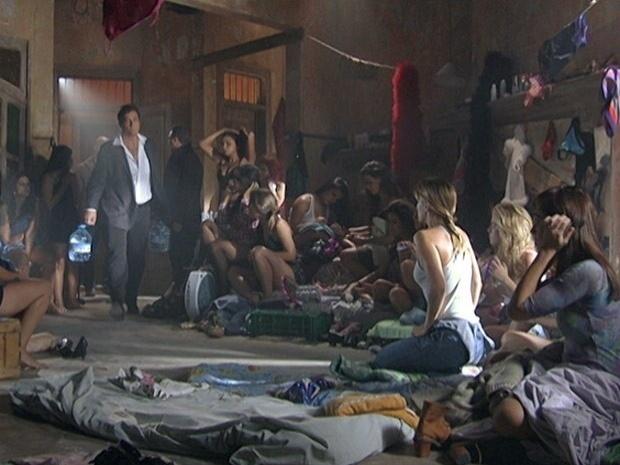 """Em """"Salve Jorge"""", com medo de ser preso, Russo prende as jovens traficadas (8/11/12)"""