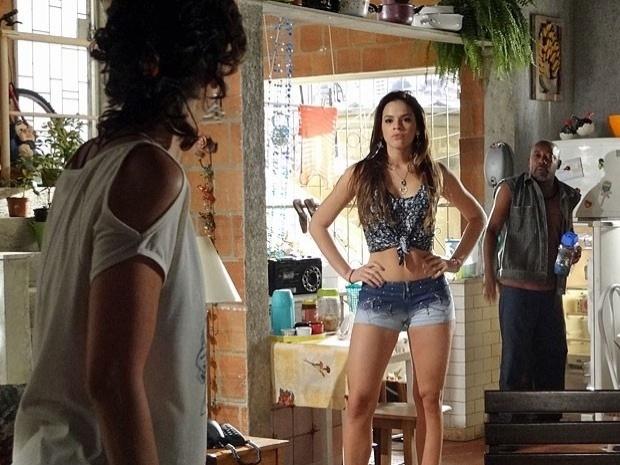 """Em """"Salve Jorge"""", Pescoço espia Lurdinha se trocando, mas nega para Delzuite (8/11/12)"""