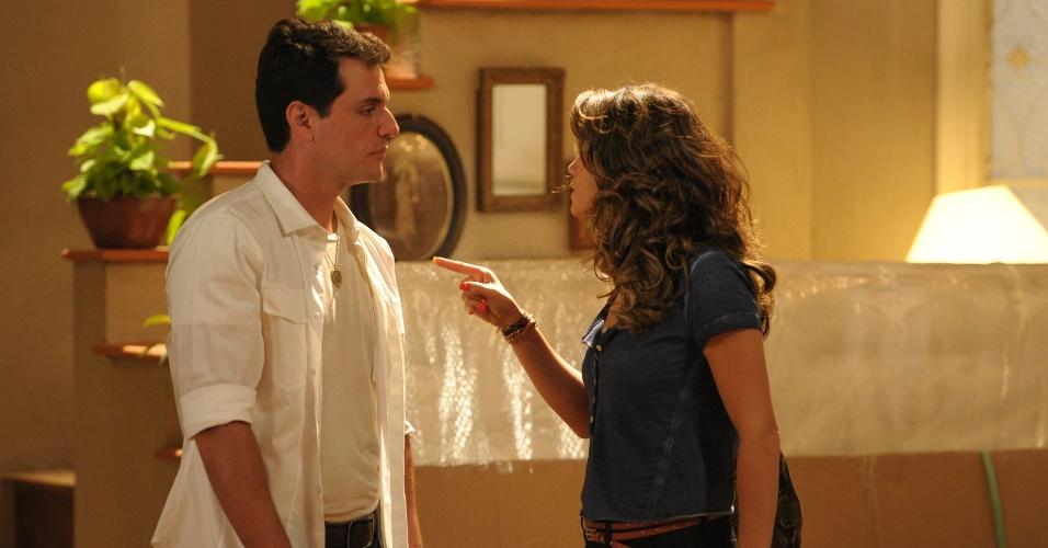 """Em """"Salve Jorge"""", Théo flagra Morena brigando com o ex e termina o noivado"""