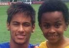 """Neymar posa ao lado de Cirilo de """"Carrossel"""" durante """"treino"""" em Santos - Reprodução/Twitter"""