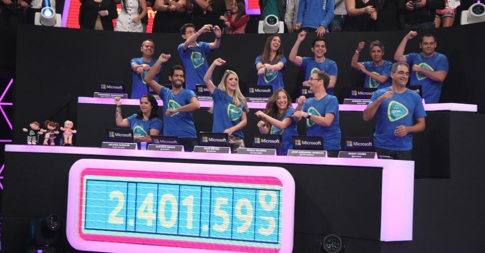 """Blogueiros dançam o Gangnam style no palco do """"Teleton"""", campanha promovida pelo SBT em prol da AACD, nos estúdios da emissora paulista em Osasco. A maratona televisiva começa às 22h30 da sexta (10) e segue até o início da madrugada do domingo (11) com atrações musicais e participação de famosos"""
