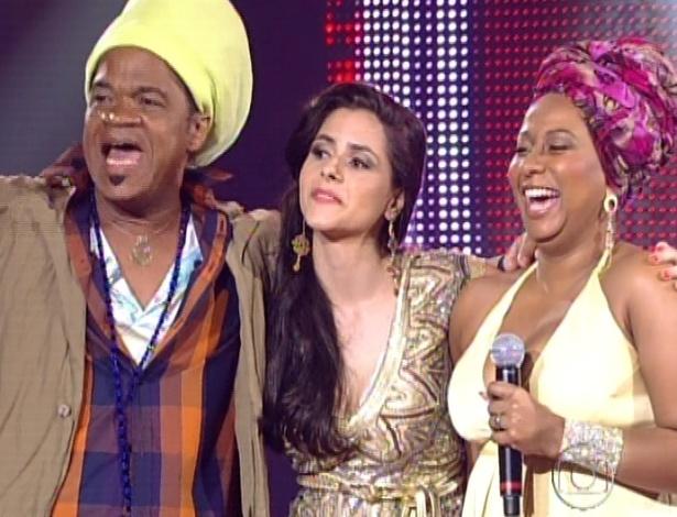 Carlinhos Brown abraça Mira Callado e Karla da Silva antes de escolher quem permanece no reality (11/11/12)