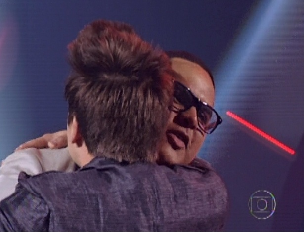 "Vinny Cardoso é abraçado por Danilo Dyba após ser eliminado do ""The Voice Brasil"" (11/11/12)"