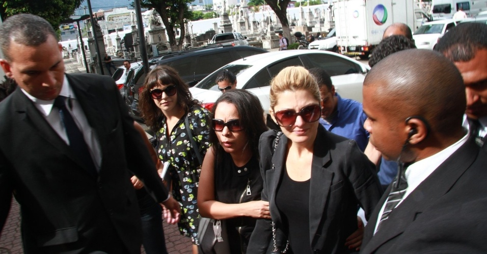 Antônia Fontenelle é escoltada por seguranças na chegada ao velório do marido, Marcos Paulo (12/11/12)