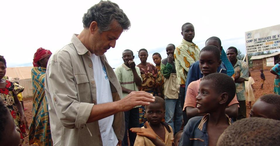 Marcos Paulo em visita à África para gravar