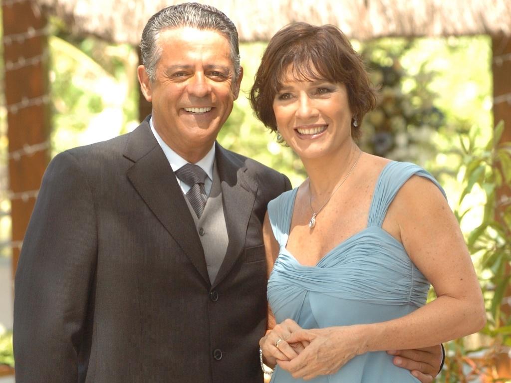 Miguel Arcanjo (Marcos Paulo) e Letícia (Natália do Vale) se casam no fim da novela