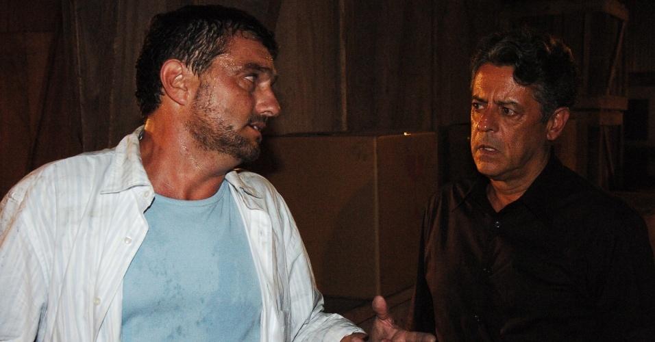 Werner Schünemman e Marcos Paulo em cena de